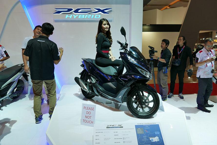 さらにホンダは、世界初の2輪ハイブリッド「PCXハイブリッド」をさらりと展示。5000万ルピア程度(約40万円)で市販開始とのこと