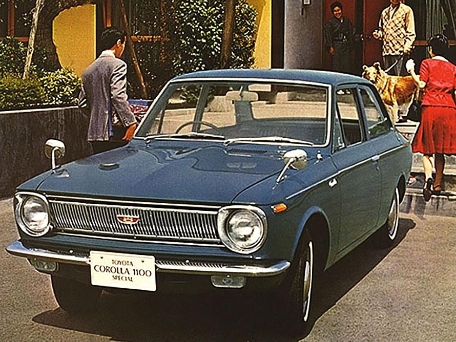 1966年に誕生した初代「カローラ」。1100ccエンジンを搭載する4ドアセダンだ。