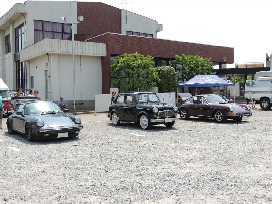 2台のポルシェ911の間にいるのは、1950年代のダットサン