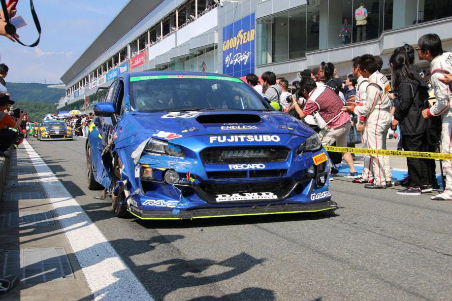 レース前半に他車とのクラッシュで運転席側のドアをチームの移動車から交換し話題をさらった59号車「DAMD MOTUL ED WRX STI」は満身創痍での完走となった