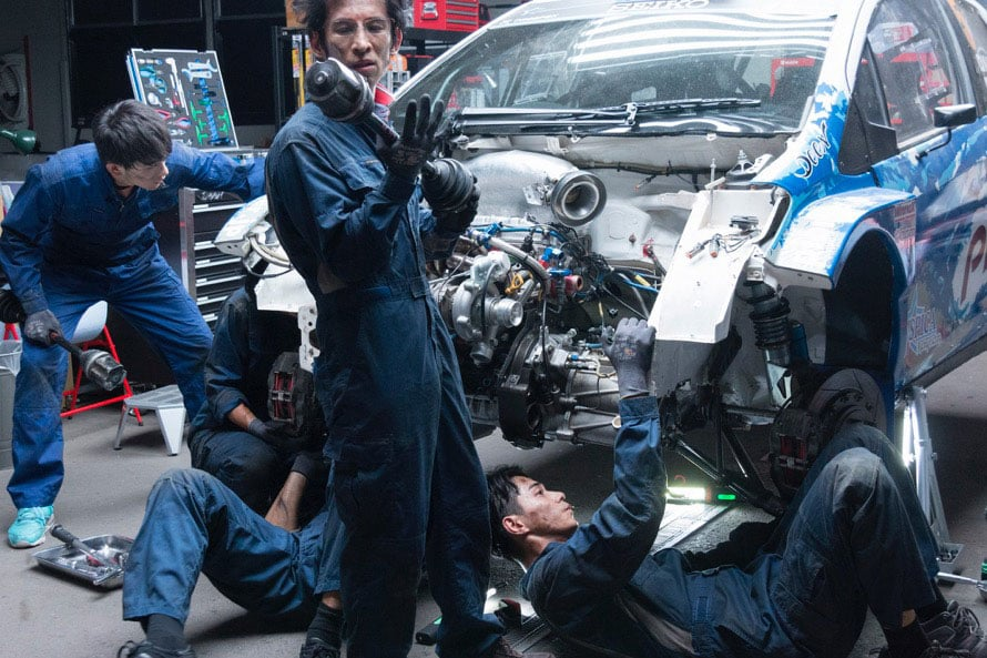 映画の見どころのひとつであるラリー中のサービス(メンテンナンス)作業は、プロがうなるほどの緊迫感!©2018「OVER DRIVE」製作委員会