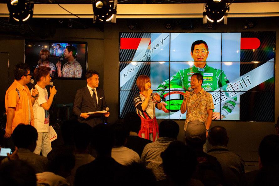 ドリキンこと土屋圭市さんがスペシャルアンバサダーとして登場。左隣の女性は、日本人初の女性eスポーツ選手として国内外で活躍する「チョコブランカ」選手