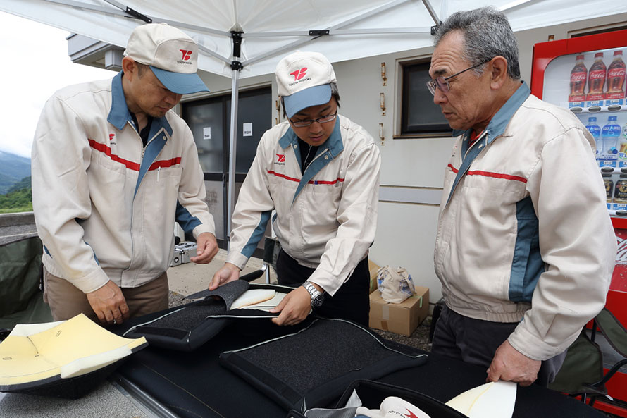 テスト中にもドライバーのリクエストに応えシートの調整を行うトヨタ紡織のスタッフ