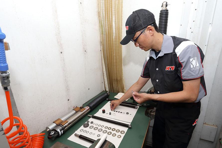 田中選手自らサポートトラックでショックアブソーバーのセッティング変更を行うこともある