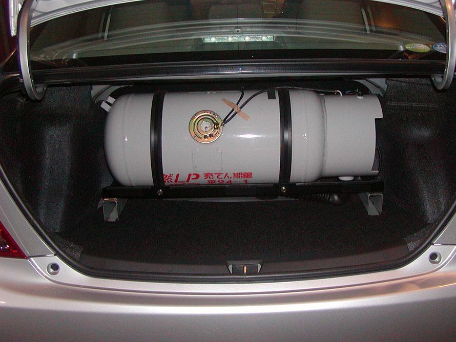 乗用車のトランク内に設置されたLPGボンベ