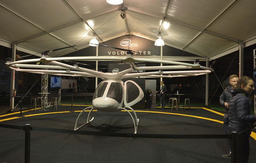 ▲2人乗りの自動操縦のボロコプター。電動で飛行する。