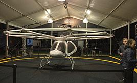 未来のクルマは、空を飛ぶだけでなく自動操縦になる!?