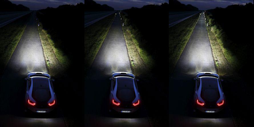 BMWの最新ライト。レーザーライト(右)の照射距離はなんとLEDの2倍に相当する600m! 高速走行時しか点灯しません。
