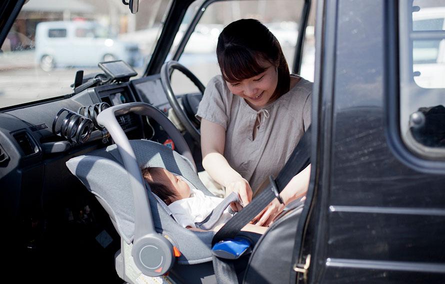 一般的には助手席へ後ろ向きにチャイルドシートを装着するのはNGだが、助手席エアバッグをオフできるクルマやそもそも助手席エアバッグのないクルマは取り付けても構わない。