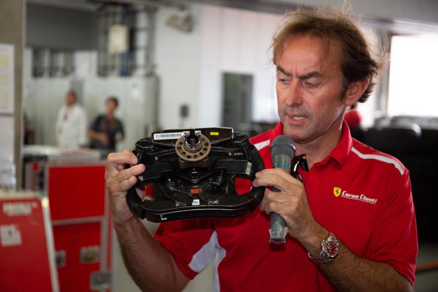 F1マシンのステアリングについて解説するフェラーリGTドライバー、オリビエ・ベレッタ選手。彼の指先が触れているのは、発進時に使うパドルクラッチ。ステアリングのお値段は「市販のフェラーリ1台ぐらいかな?」と同氏