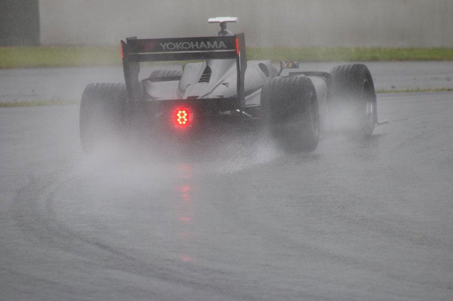 リアウイングにはLEDライトを新たに追加し、レインレースでの安全性とカッコよさをアピール