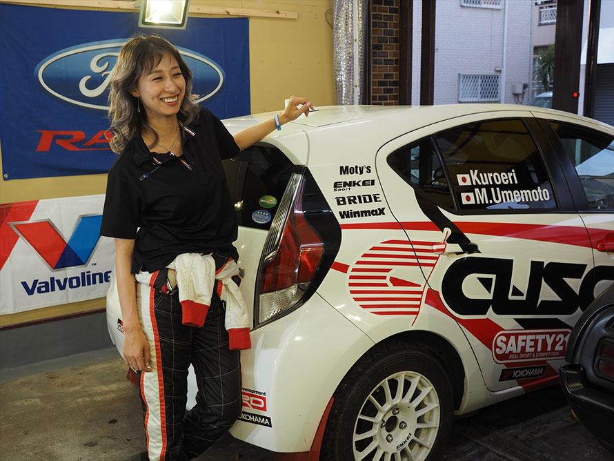 自身のマシンとクロエリ。なお、ダイワプロテックはクロエリのパーソナルスポンサーのほか、竹岡圭さんの「圭rally project」のスポンサーをしたり、グループでディーラーを経営したりしているクルマ好きな会社だ