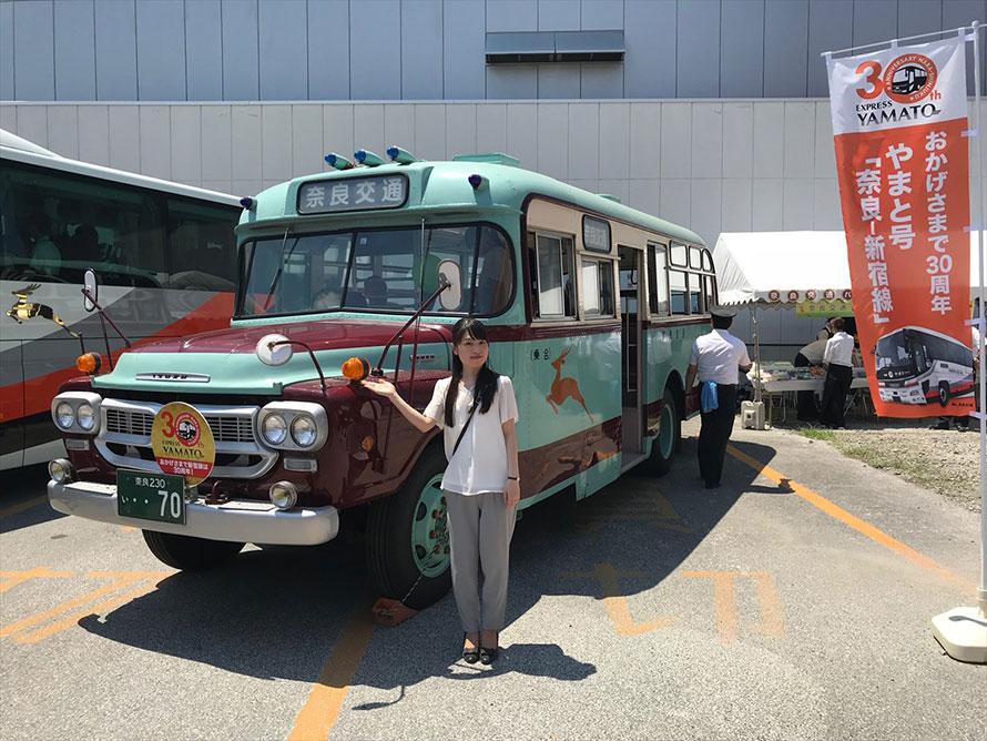 """やまと号「奈良―新宿線」30周年サボを掲出したボンネットバスと""""美人過ぎる広報部員""""の竹谷さくらさん"""