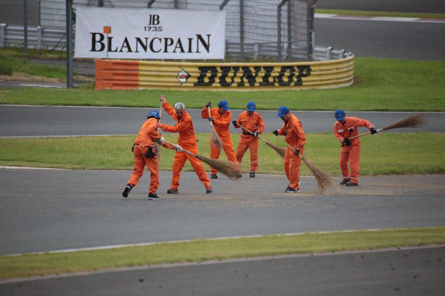 次のレースに向けてオフィシャル総出でコースの大掃除(汗)