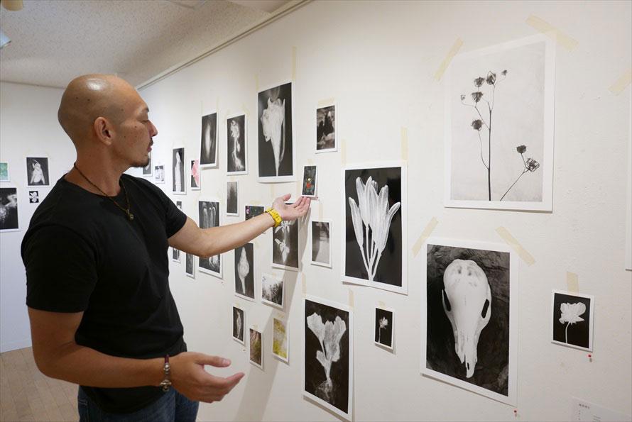 自宅の廊下に飾るというイメージの展示。印画紙が作る陰もまた作品か。作品のイメージに合うタイプの印画紙を選んでいるそう