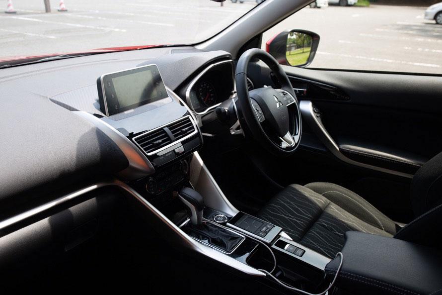 SDAが搭載されているのは最上級グレードの「G Plus Package」のみ。駐車時の安全装備としてバードアイビュー機能付の「マルチアラウンドモニター」もSDAの一機能として装備される