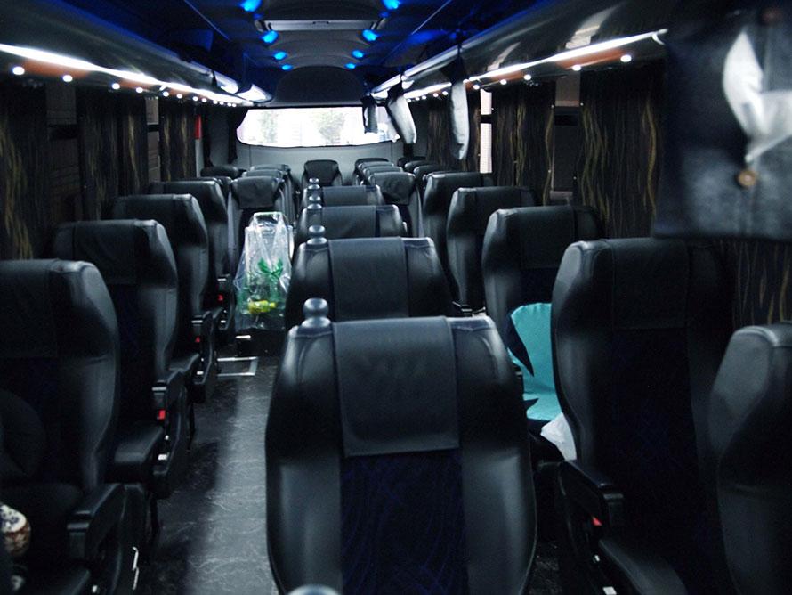 三列シートの車内。席は毎回固定ですが、荷物を置きっぱなしにしたり、私物を特定の人が沢山積み込んだりすることはないそう。