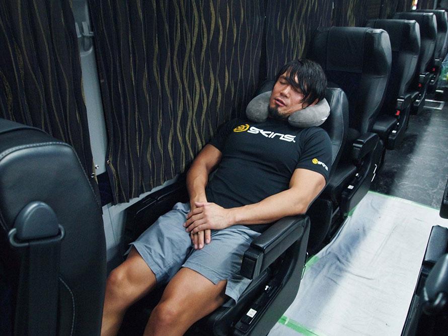 YAMATO選手の移動スタイルを再現! 試合後は興奮もあり眠れないといいますが、稲川淳二さんをBGMに高ぶった心を落ち着けます。