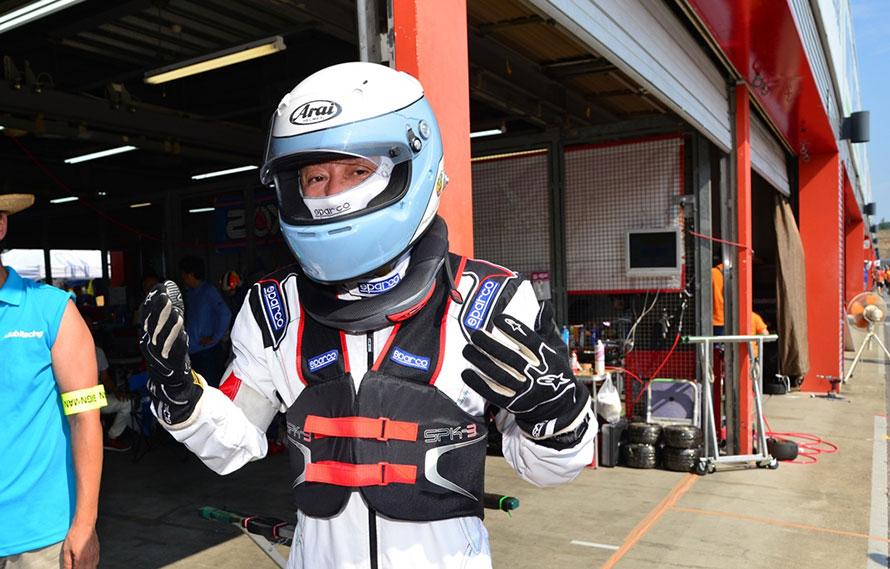 ▲ヘルメット、グローブ、レーシングスーツだけでなくプロテクターとネックガードを装着したところ。
