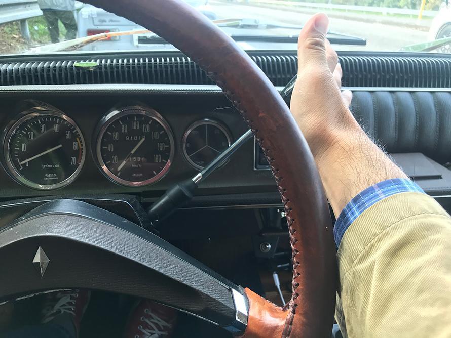 左ハンドルのコラムマニュアルシフトは、初体験。けれども乗るとすぐにしっくりとくる。運転はとてもイージーだ