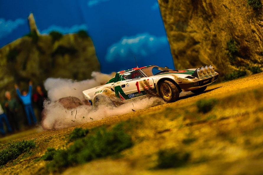 「ランチア・ストラトス」がラリーステージを豪快に駆け抜けている様子をローアングルで撮影