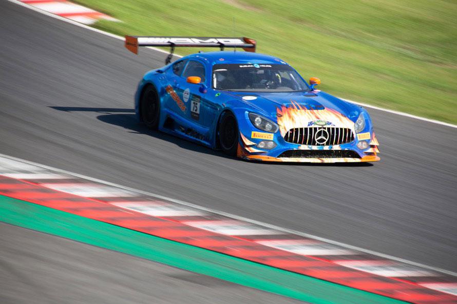 正面からだと燃えているように見えてしまうカラーリングの75号車「サンエナジー1レーシング」