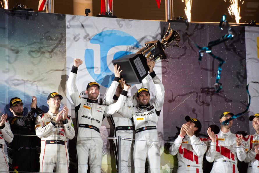 大きなトロフィーを高々と上げるGruppeM Racingのドライバーたち。優勝賞金は3000万円!