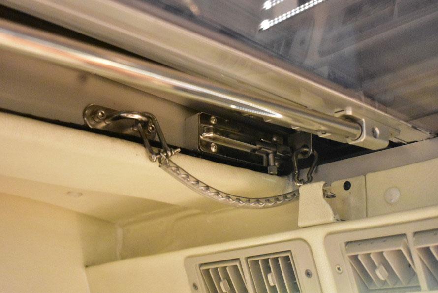 ピンとチェーンの二重ロックで最大限の安全管理を