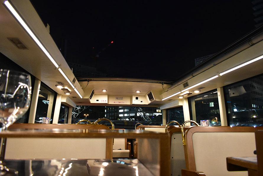 空が近くに感じる2階客席