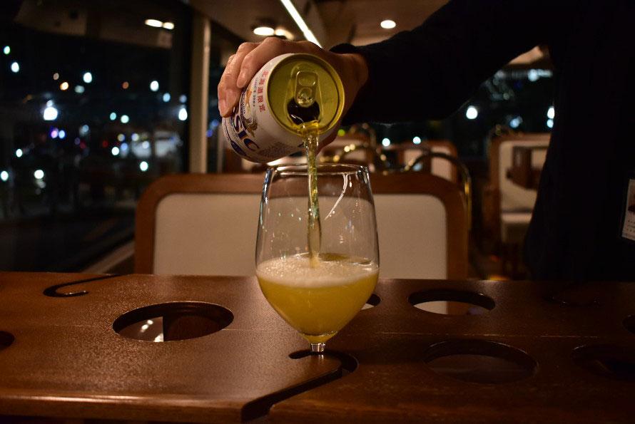 細い曲線にくりぬかれた部分にグラスの足を入れて固定する。ビールやワインの色がよく見えるようにすべて脚付きのグラスを使用する