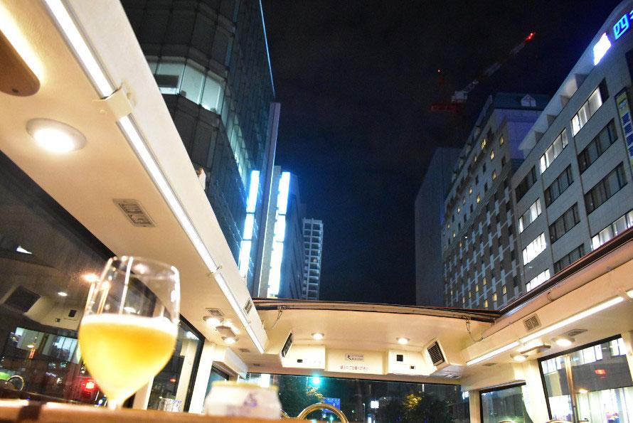 夜の札幌の街を泳ぐように走る