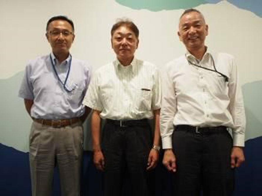 (左から)道路視線誘導標協会・名児耶幸夫さん、岩間隆さん、奥本謙壮さん