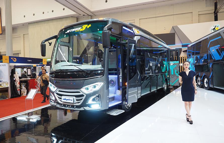 カロセリの老舗アディ・プトロ製中型バス