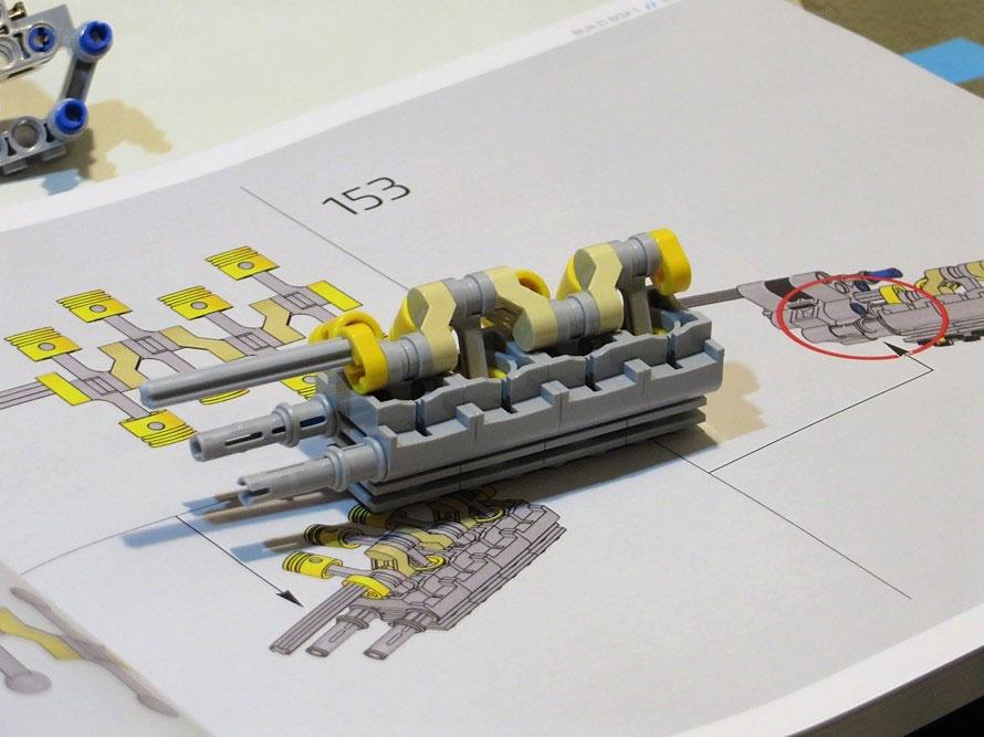 これはシロンの心臓部のW16エンジンの一部。ピストンとクランクシャフトもあり、押して走らせるときちんと動く