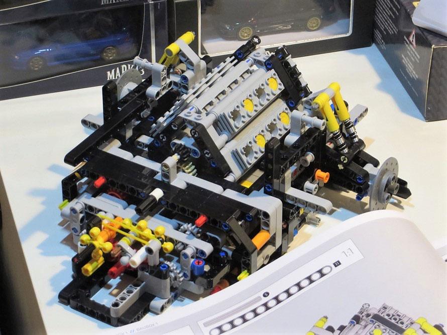 うしろ半分が完成した状態。エンジンの手前はトランスミッションで、きちんと8速の構造が再現されている