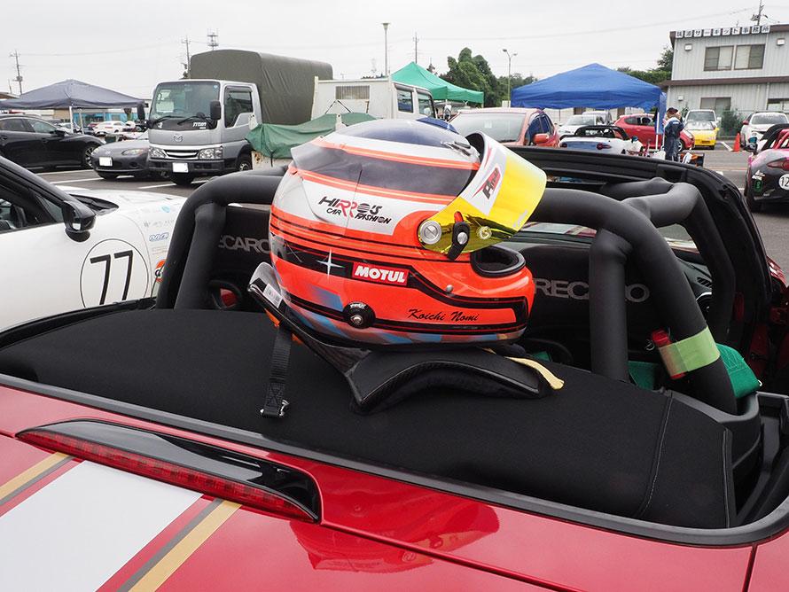 身を守るための安全装備のヘルメット、首を保護するHANSも必要。クルマにはロールケージ、ハーネス、レース用バケットシートを装備