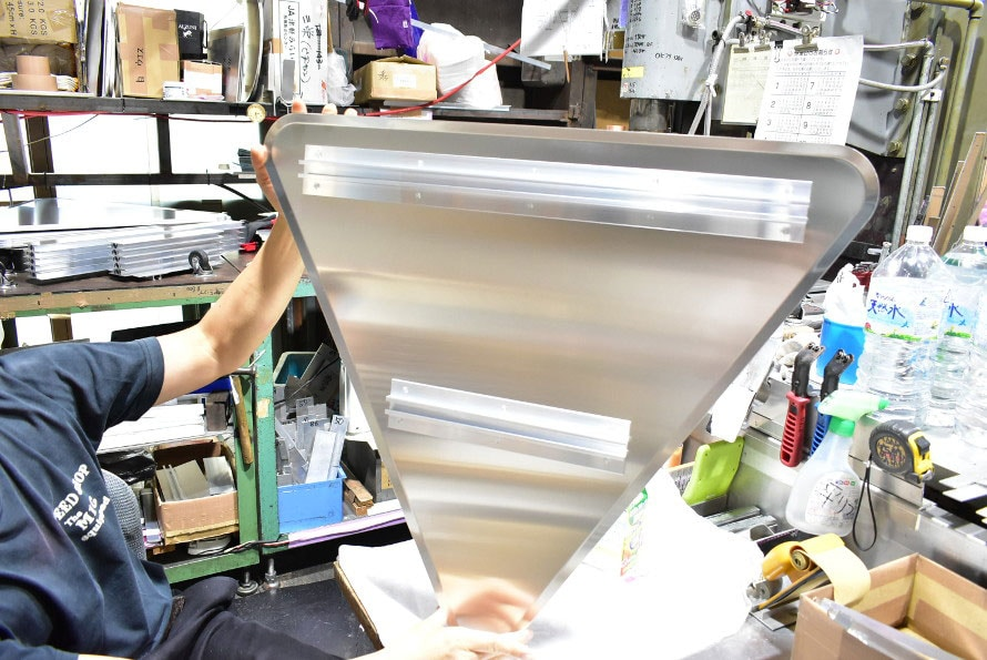 背骨材としてアルミ押し出し型材が使われる