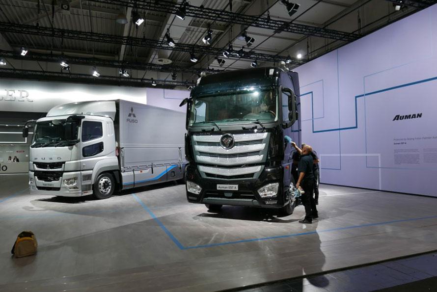 ダイムラー館入口には、三菱ふそうトラック・バス(日本)、AUMAN(中国)、バラットベンツ(インド)、フレイトライナー(アメリカ)のグループ代表モデルを一同に展示