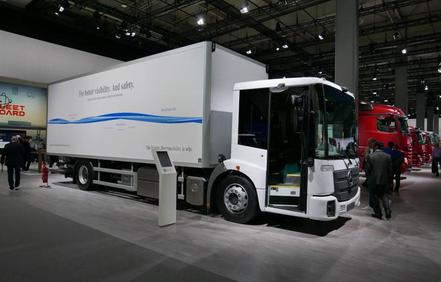 """トラックのもうひとつのトレンドは、低床化による乗り降り性向上と、バスタイプの折戸による""""見える化"""""""