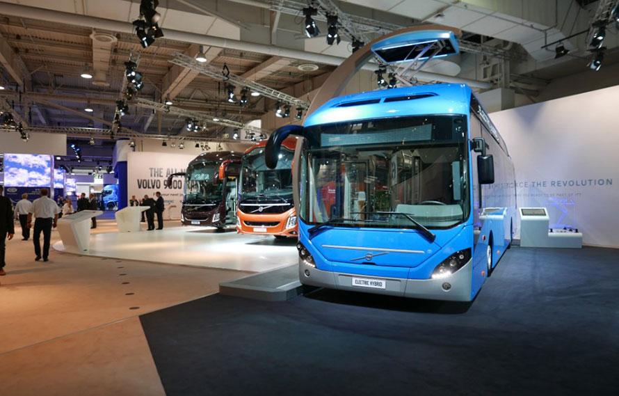 すっかりおなじみになっている、バンタグラフ式集電装置を備えたEVバスなど