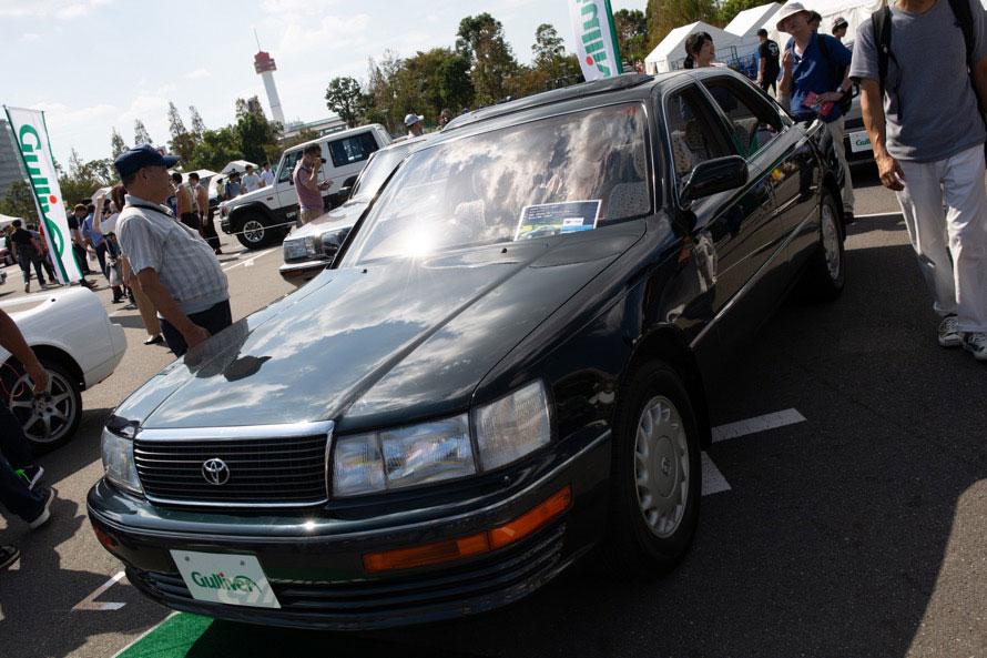 バブルを象徴する1台であるトヨタ・セルシオ。展示された「C仕様Fパッケージ」というグレードは、乗り心地重視の電子制御エアサスペンションと後部座席の快適性を追求している。乗り出し価格は「150万円」。