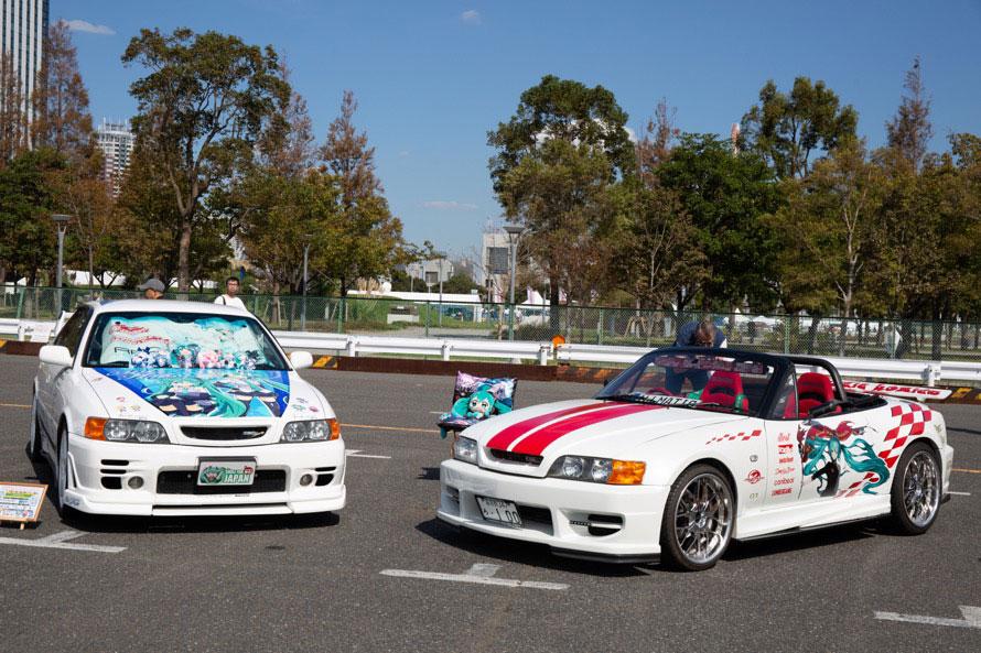 両方ともトヨタ・チェイサーかと思いきや、右はBMW Z4のフロントマスクをチェイサールックにした「初音ミク」の痛車。