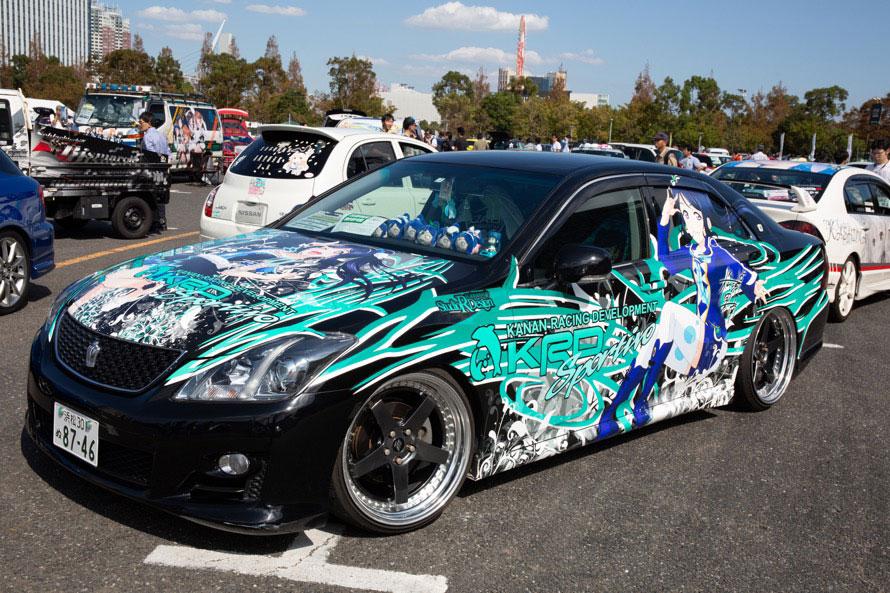 トヨタ・クラウンをベースにした『ラブライブ!サンシャイン!!』の「松浦果南」の痛車。シンプルな色使いがオシャレで◎