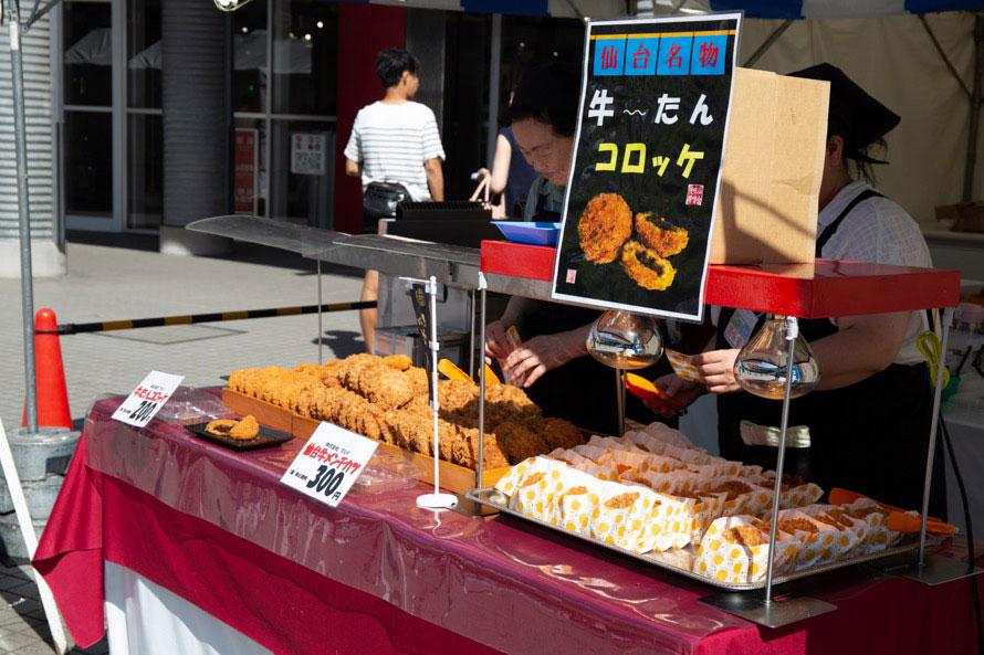 「いわて・みやぎ・ふくしま フェスタ@MEGA WEB」の様子。屋外で販売されていた「牛たんコロッケ」と「仙台牛メンチカツ」は、両方買っても500円でボリューム感◎