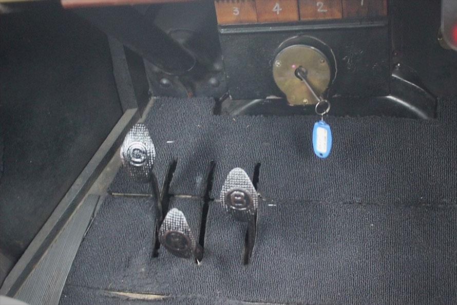 「遊星歯車変速機」を持つT型フォードのペダルは3つ。構造的にはMT車よりAT車に近いとのこと