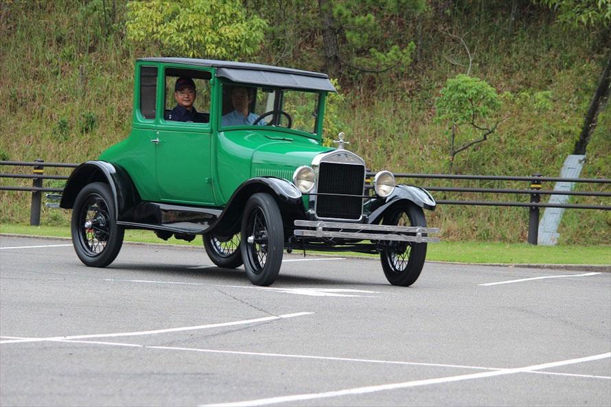 参加者の運転で走行するT型フォード。こんな歴史的なクルマに運転できる機会はそうあるものではない