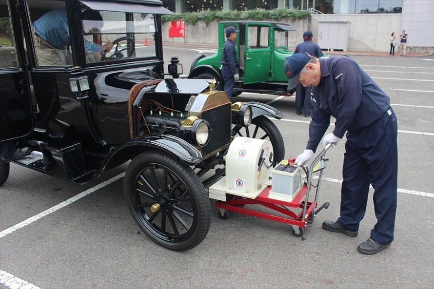 セダンタイプは、セルモーターがなく、クランクハンドルでエンジン始動するタイプ。講習会ではトヨタ博物館オリジナルの可搬式電動スターターが用いられていた。それだけ「エンジンをかける」ということが大変だったということ