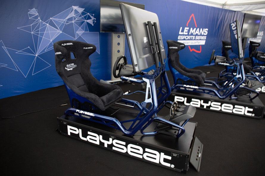 スエード素材のフルバケットシートとレーシングカーのようなフレームで構成された特製シミュレーターが、決勝のマシンとなる。このまま家に置きたいぐらいカッコいい。