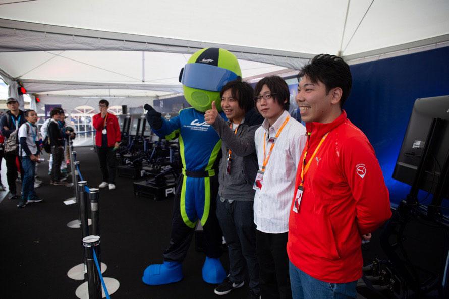 写真中央(白シャツの方)がAziDhk選手。なんと「Forza Motorsport 7」の世界ランキング上位に名を連ねるドライバーだった