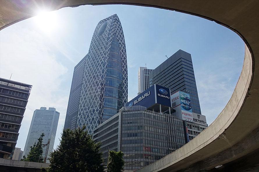 歩行者地下広場から望む新宿駅西口の風景は独特な雰囲気